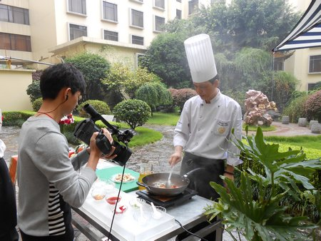 Mr. Huang is making fried rice in Yangzhou style.